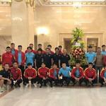 Chủ tịch nước Nguyễn Xuân Phúc gửi hoa động viên đội tuyển Việt Nam