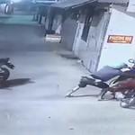 Cướp xe máy giữa đường
